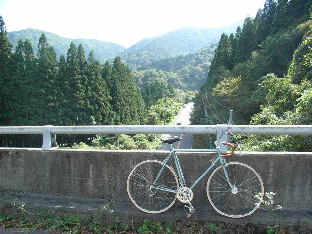 新道を跨ぐ橋